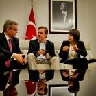 Minister Lilianne Ploumen (rechts, Buitenlandse handel en Ontwikkelingssamenwerking) in gesprek met ambassadeur Ron Keller (links) en directeur generaal van Buitenlandse Economische Betrekkingen Simon Smits bij aankomst op de luchthaven. Ploumen is voor een driedaagse handelsmissie in Turkije.