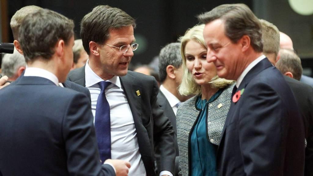 Premier Rutte in gesprek met zijn Britse ambtgenoot David Cameron (rechts) tijdens de Eurotop. De Deense premier Helle Thorning Schmidt en de Estse premier Taavi Roivas (links) luisteren mee.