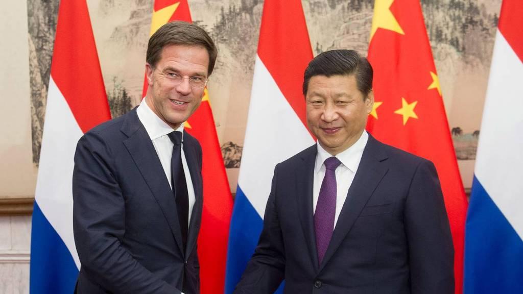 Bij een vorig bezoek aan China (november 2013) schudt premier Mark Rutte de hand van de Chinese president Xi Jinping.