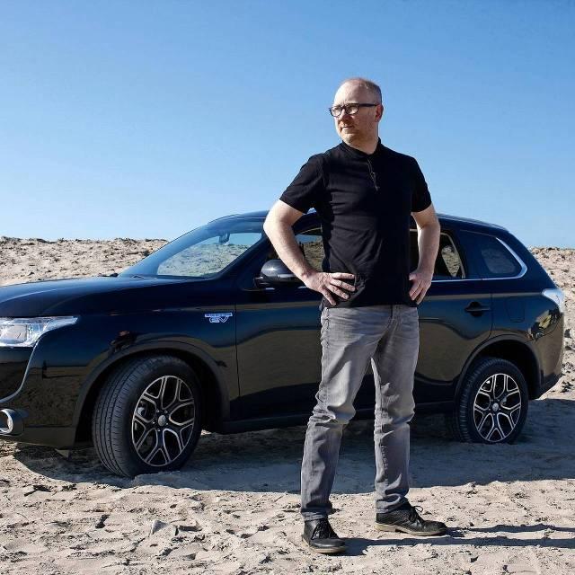 Martijn de Beijer met zijn zakenauto in de woestijn.