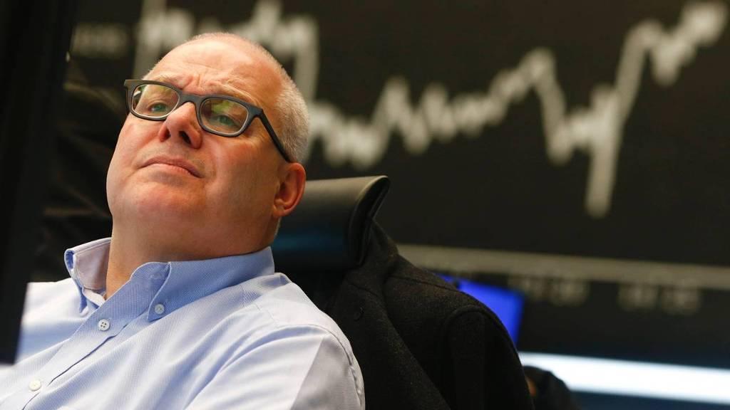 Beurshandelaar volgt de koersen op de beurs van Frankfurt na de aankondiging van het QE programma van de ECB.