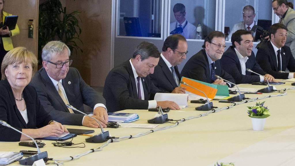 Van links naar rechts de Duitse bondskanselier Angela Merkel, de voorzitter van de Europese Commissie Jean-Claude Juncker,  president van de ECB Mario Draghi, de Franse president François Hollande, de Spaanse premier Mariano Rajoy, de Griekse premier Alexis Tsipras en de Italiaanse premier Matteo Renzi dinsdag tijdens de Eurotop over Griekenland.