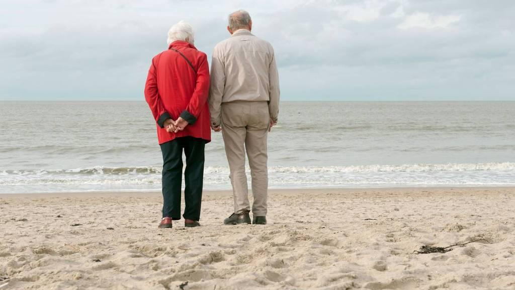 Bejaarden op het strand, vergrijzing, dekkingsgraad pensioen