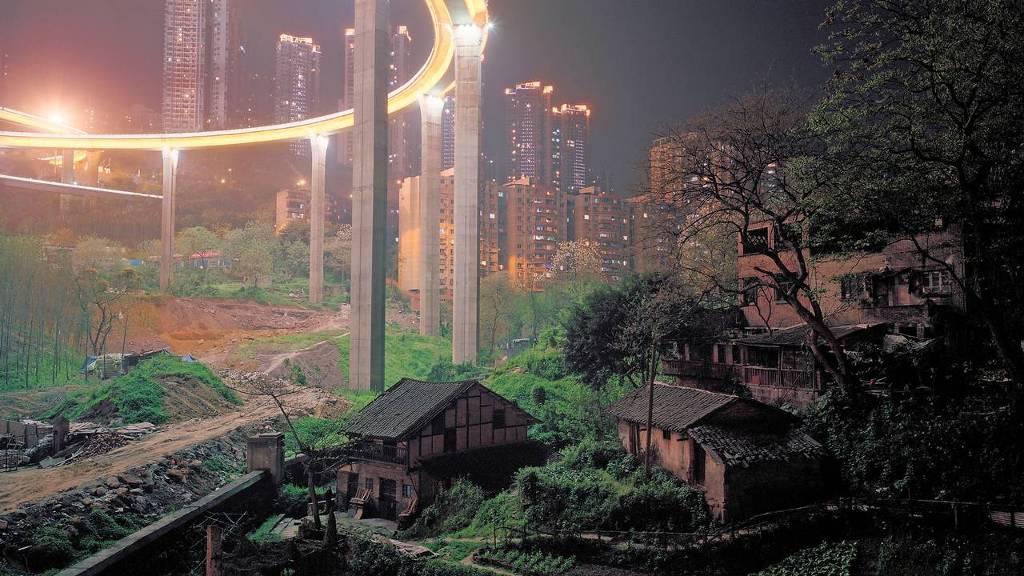 Hoge snelwegen langs boerderijen in Chongqing, China.