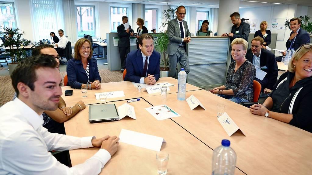 Minister Lodewijk Asscher van Sociale Zaken bracht donderdag een werkbezoek aan KPN.