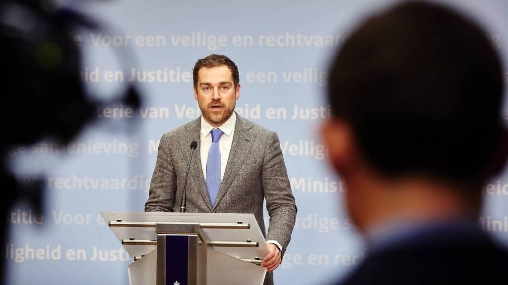 Staatssecretaris Klaas Dijkhoff licht het akkoord van het kabinet toe over de vluchtelingen. Het kabinet heeft een akkoord bereikt over de inzet van Nederland voor de aanpak van het vluchtelingenprobleem. Nederland wil in de toekomst alleen nog vluchtelingen opnemen die zich hebben gemeld in aangewezen veilige gebieden in de regio van oorlogsgebieden.