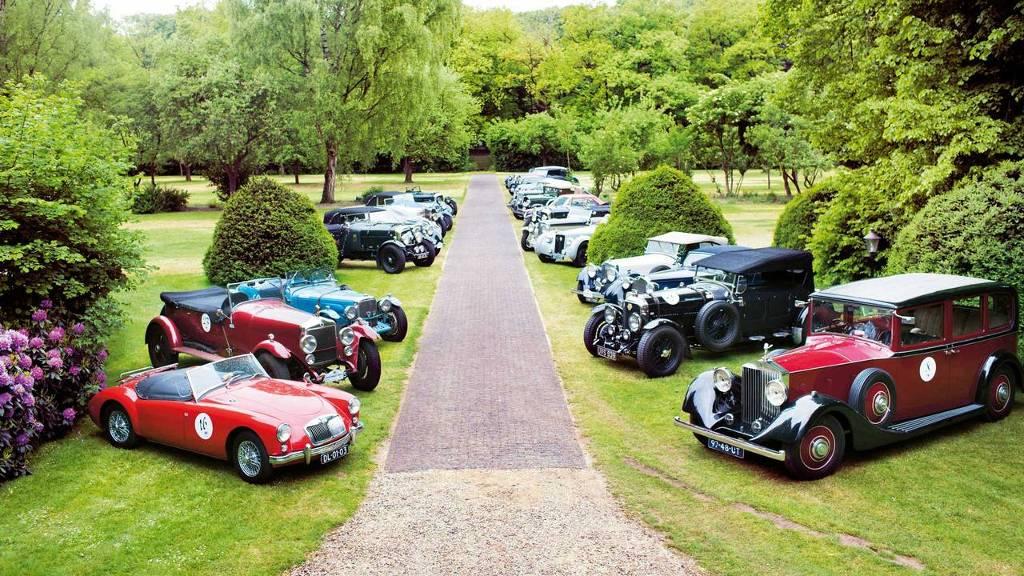 Vooroorlogse auto's staan te wachten op het gazon van landgoed De Leemcule in Dalfsen.