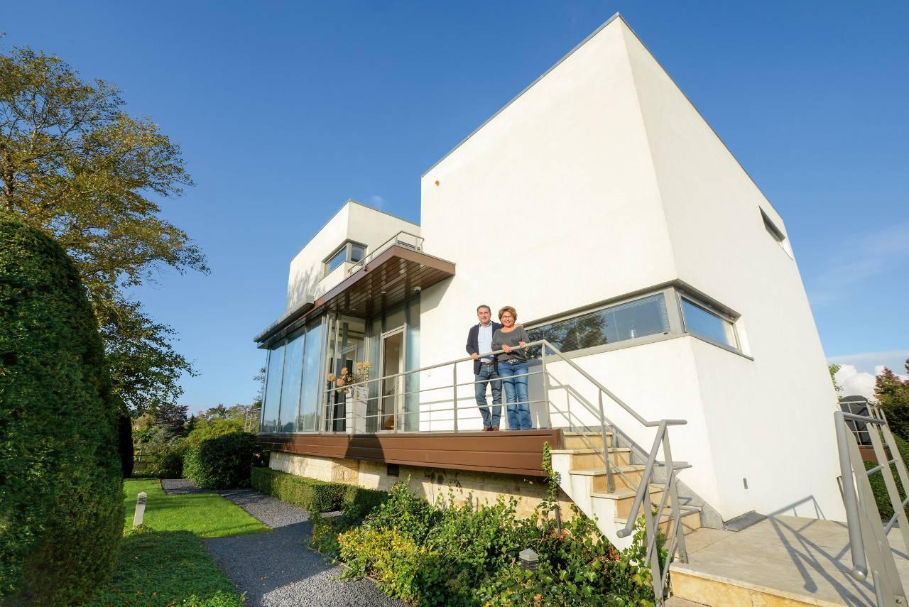 Moderne villa aan de amstel met oosterse tuin het financieele dagblad - Foto gevel moderne villa ...