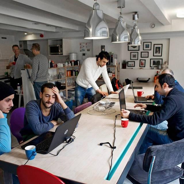 Zestien Syriërs krijgen elke zondag programmeerles in Amsterdam
