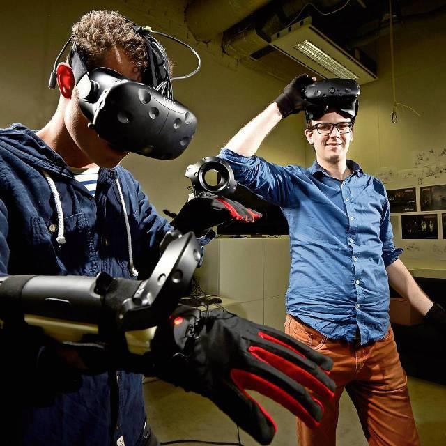 Stephan van den Brink (rechts) en Ricardo Broeders met de handschoenen van Manus VR.Foto: mark horn voor het fd