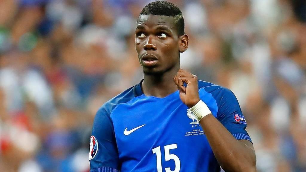 Voetballer Paul Pogba, international van Frankrijk, maakt de overstap van het Italiaanse Juventus naar het Engelse Manchester United. Met de transfer zou €105 mln gemoeid zijn.