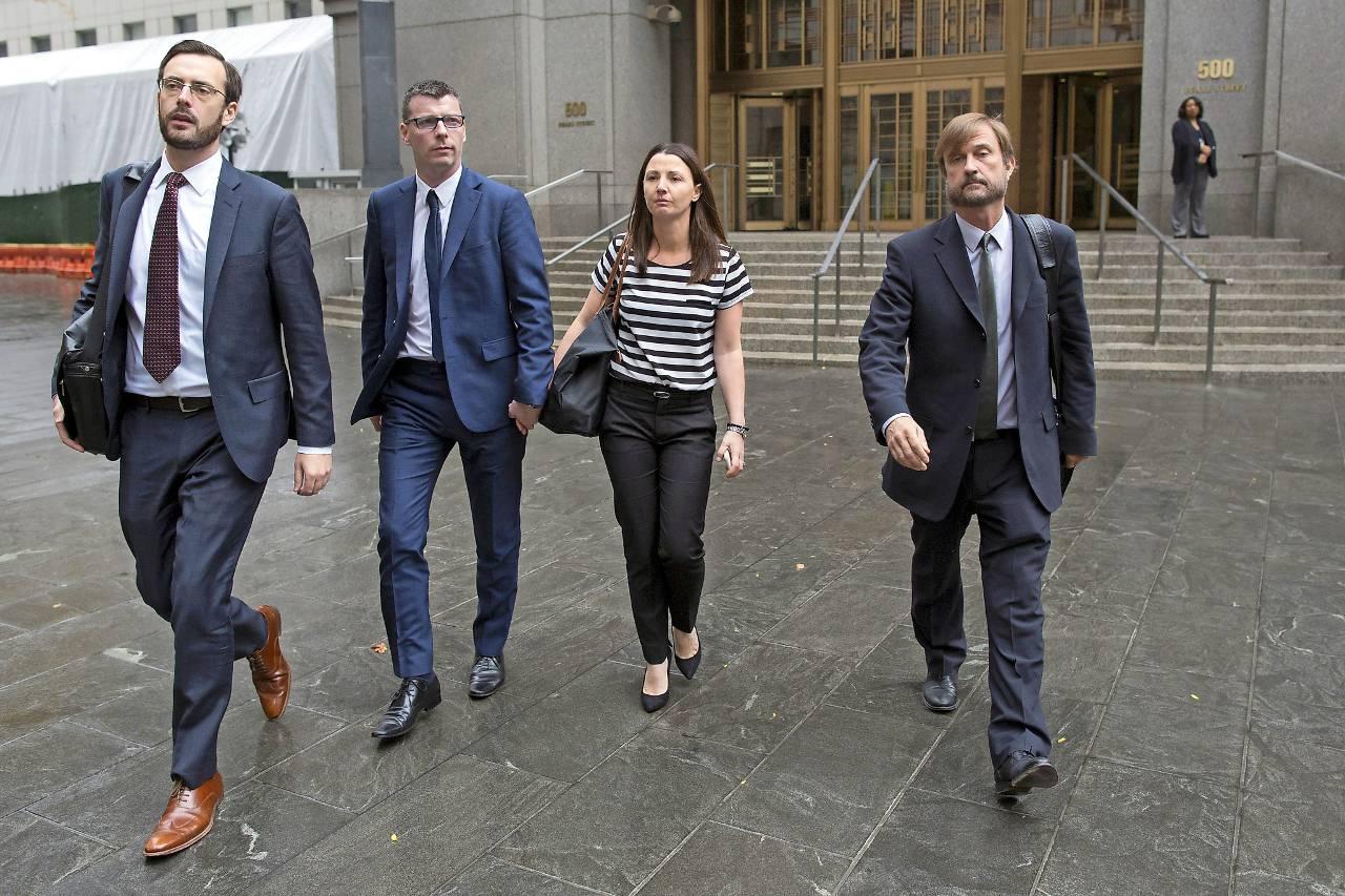 Voormalig handelaar Anthony Conti (tweede van links) verlaat op 5 november 2015 de rechtbank in New York. (Foto: Reuters)