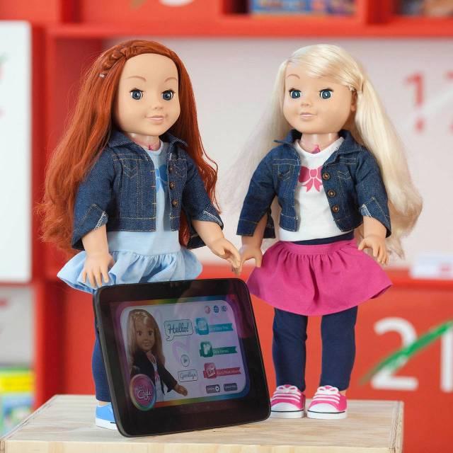 De pop My Friend Cayla (rechts) analyseert geluid van kinderen en reageert daarop. foto: HH