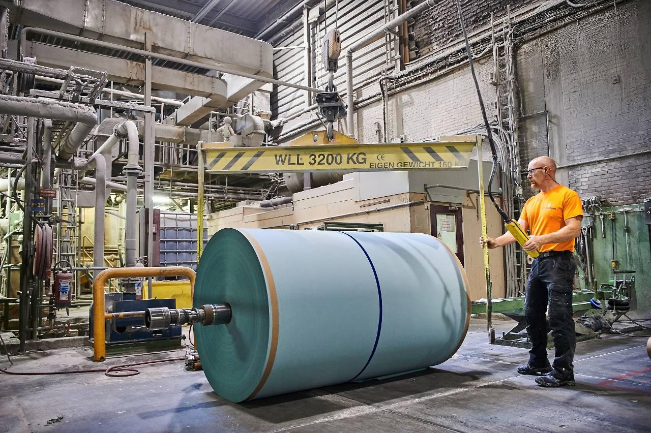Medewerker van de Limburgse papierfabriek Van Houtum. (Foto: David Plas)