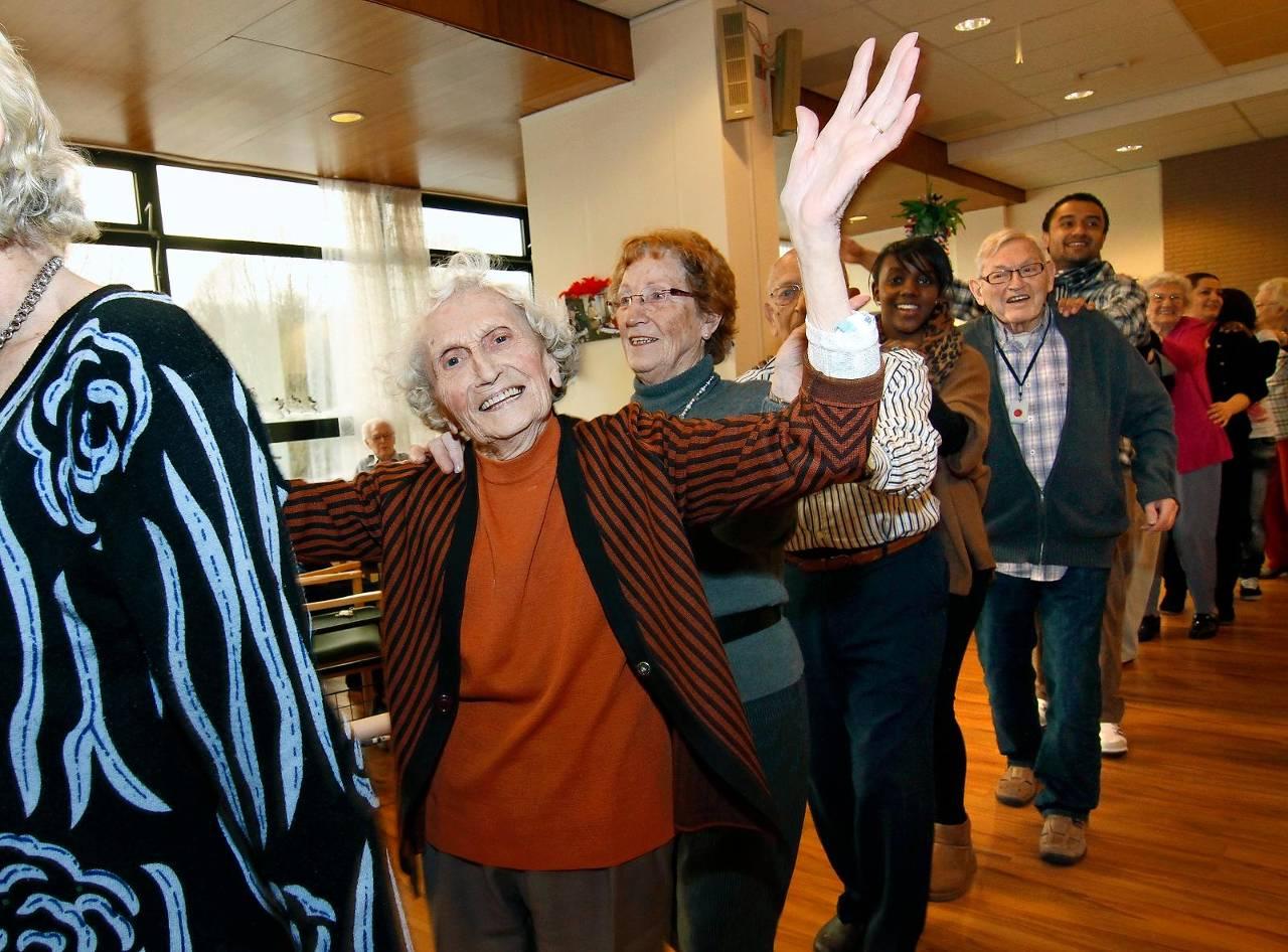 De vraag wàt nu eigenlijk acceptabele basiszorg is voor ouderen en wanneer de politiek 'nee' mag verkopen, blijft gemakshalve maar onbenoemd in het algehele opbieden tijdens de campagnestrijd. foto: HH