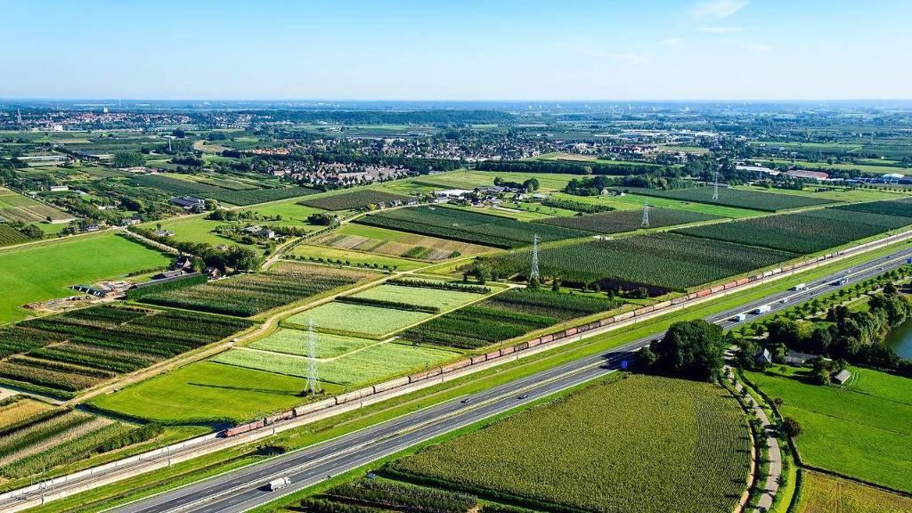 Een goederen- trein op de Betuweroute  in de omgeving van Ochten, onderweg van Duitsland naar de haven van Rotterdam. De A15 loopt parallel aan  de spoorlijn. (foto: HH)